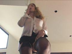 Симпатичная курящая девушка мастурбирует в чулках у себя дома