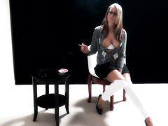 Курящая девушка со своим парнем занимаются сексом в позе догги стайл