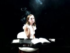 Загадочная молодая девушка курит и сосет член парня от первого лица