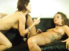 Соблазнительные подруги лесбиянки занялись сексом на кожаном диване