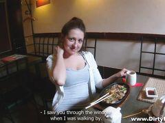Большегрудая русская девушка за деньги трахается в туалете с пикапером