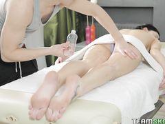 Внимательный русский массажист сделал анальный массаж девушке