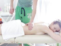 Массажист красиво трахнул русскую клиентку после эротического массажа