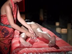 Массажистка делает сексуальный массаж йони азиатке с волосатой пиздой