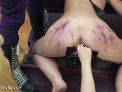Две доминирующие лесбиянки жестко издеваются над скованной рабыней