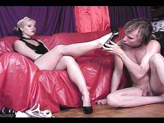 Слабохарактерный раб лижет ноги своей молодой госпожи