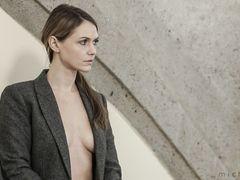 Немецкая девчонка в полупрозрачной блузке показывает грудь