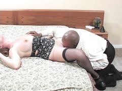 Белая зрелая женщина в чулках занялась сексом с негром в номере отеля