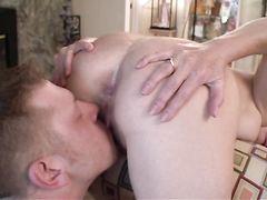 Молодой парень застукал за мастурбацией зрелую телку и отымел ее