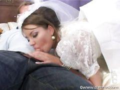 Жених и друг жениха трахнули невесту в две дырки сразу