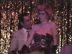 Стриптизерша в свадебном платье трахается с клиентом после выступления