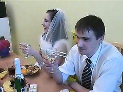 Проворный друг жениха трахнул невесту в чулках под конец застолья