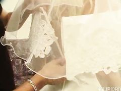 Несдержанный жених трахает русскую невесту сразу после свадьбы