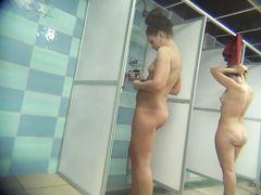 Мокрые голые девушки засветились перед скрытой камерой в женской душевой