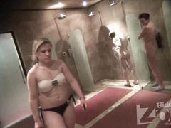 Голые мокрые девушки с красивыми сиськами перед скрытой камерой в душевой
