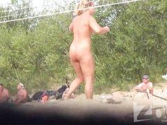 Нудисты играют в волейбол не замечая скрытого подглядывания на пляже