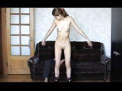 Хрупкая русская девушка с тонкой талией отсасывает у бойфренда