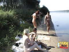 Русская беременная девушка с друзьями разделась догола на диком пляже