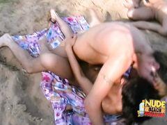 Групповой русский секс нудистов на песчаном пляже у озера