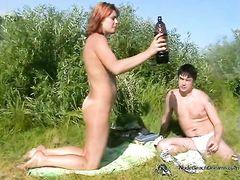 Голая русская девушка на пляже курит и бухает со своим парнем