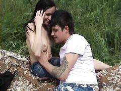 Русские юные нудисты ушли с пляжа чтобы потрахаться на природе