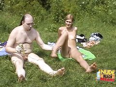 Юные нудисты на пляже отдыхают голышом по полной программе
