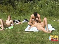 Дикие русские нудисты загорают голышом на пляже у озера