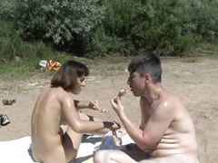 Нескромная русская нудистка попросила парня намазать ее кремом