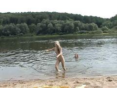 Голые русские нудисты занимаются сексом втроем на местном пляже
