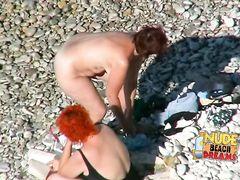 Зрелые женщины загорают голышом не замечая видеонаблюдения на пляже