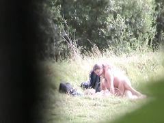 Волосатый парень засадил красотке в лесу и не подозревает о съемке