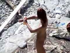 Рыжая девушка и ее парень занялись сексом на пляже перед вуайеристом