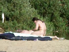 Подглядывание за трахающейся парочкой на пляже