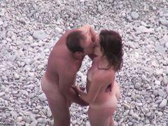 Секс на пляже снятый на скрытую камеру местного вуайериста