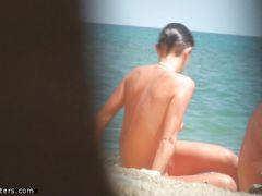 Пляжное подглядывание за голой молодой брюнеткой с красивым телом