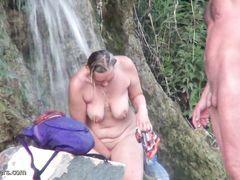 Большегрудая нудистка и ее друзья засветились перед скрытой камерой