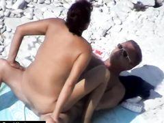 Загорелая пара занимается сексом на пляже на глазах вуайериста