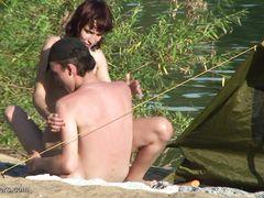Любовники занялись сексом на пляже не замечая видеонаблюдения