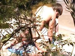 Парень жарит раком подругу перед скрытой камерой на природе