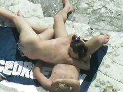 Нудистка сделала минет на пляже своему парню не заметив наблюдения