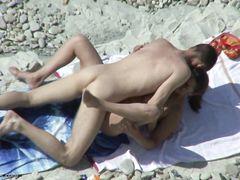 Скрытный вуайерист с камерой тайком подглядывает за сексом на пляже