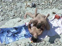 Скрытный паренек тайком наблюдает за сексом на пляже парочки нудистов