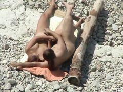 Парочка нудистов круто занимается сексом на пляже