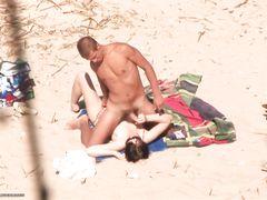 Нудистка на пляже дрочит член своему приятелю