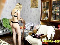 Девушка с красивым телом переодевается перед скрытой камерой