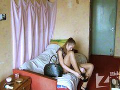 Скрытая камера в комнате общежития снимает переодевающуюся девку