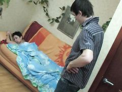 Озабоченный паренек присунул спящей русской девушке в попочку