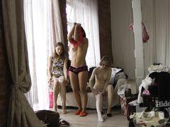 Три девушки переодеваются перед скрытой камерой в спальне