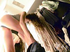 Переодевание худенькой девушки в раздевалке магазина