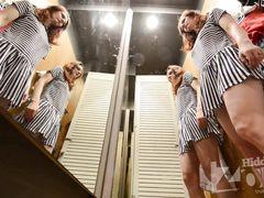 Деваха без трусиков примеряет мини платье в магазине